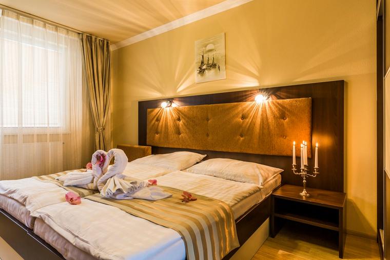 Dvojlôžková izba Deluxe s manželskou posteľou a balkónom